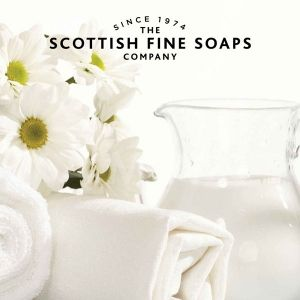 Scottish Fine Soaps Au Lait Козметичен комплект 3 продукта и гъба за баня с Несесер